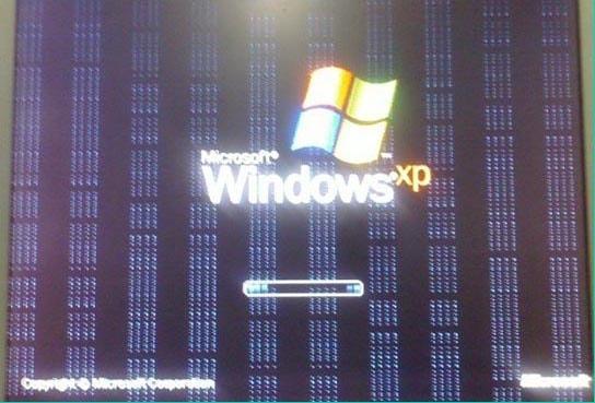 На экране ноутбука появились полосы
